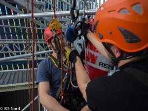 Tag 2: Erlernen und mehrfaches üben der planmäßigen, technischen Kollegenrettung mittels Hubrettungsgerät.