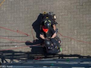 Erlernen und mehrfaches Wiederholen der geplanten, technischen Kollegenrettung mittels Hubrettungsgerät.